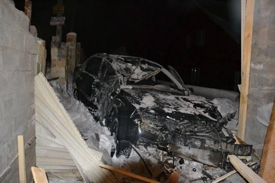 ВБашкирии «Форд Фокус» протаранил гараж, трое погибли